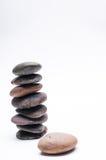 Os seixos equilibram, arranjo no fundo branco Imagem de Stock