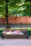 Os sem abrigo na rua bench imagem de stock royalty free