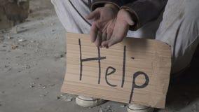 Os sem abrigo pobres pedem o dinheiro e precisam a ajuda vídeos de arquivo