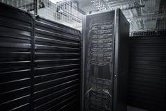 Os serviços enormes da nuvem da sala do servidor do centro de dados Foto de Stock Royalty Free