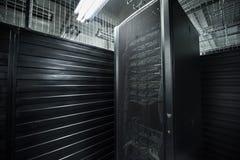 Os serviços enormes da nuvem da sala do servidor do centro de dados Fotos de Stock