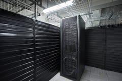 Os serviços enormes da nuvem da sala do servidor do centro de dados Fotos de Stock Royalty Free