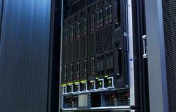 Os servidores empilham com discos rígidos no datacenter para o armazenamento de dados do backup e  Fotos de Stock