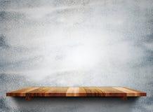 Os shelfs de madeira vazios na parede de pedra cinzenta do grunge, zombam acima do molde foto de stock royalty free