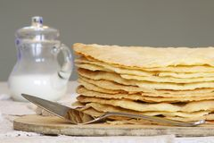 Os shortcakes caseiros recentemente cozidos para Napoleon endurecem na placa de madeira Fotografia de Stock