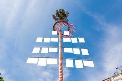 Os sinais brancos vazios no alemão tradicional podem Polo Maibaum SK azul Fotografia de Stock