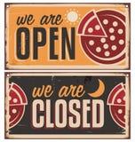 Os sinais da porta do vintage ajustaram-se para a pizaria ou o restaurante Imagem de Stock Royalty Free