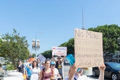 Os sinais da posse dos ativistas durante as famílias pertencem junto março fotografia de stock