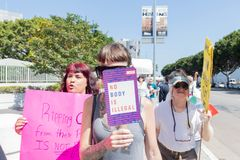 Os sinais da posse dos ativistas durante as famílias pertencem junto março imagem de stock