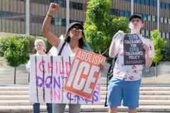 Os sinais da posse dos ativistas durante as famílias pertencem junto março fotografia de stock royalty free