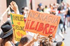 Os sinais da posse dos ativistas durante as famílias pertencem junto março foto de stock royalty free