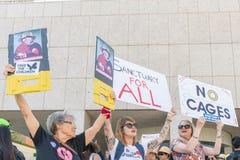 Os sinais da posse dos ativistas durante as famílias pertencem junto março imagens de stock royalty free