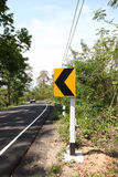 Os sinais de estrada advertem excitadores para adiante a curva perigosa Foto de Stock Royalty Free