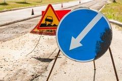 Os sinais de estrada detour no reparo esquerdo da estrada Imagem de Stock Royalty Free