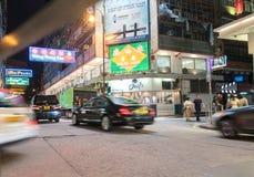 Os sinais de néon brilhantes dominam no typicall longo da cena da noite da exposição Fotografia de Stock Royalty Free