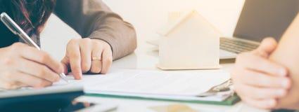 Os sinais do cliente documentam para comprar a casa e o Real Estate foto de stock royalty free