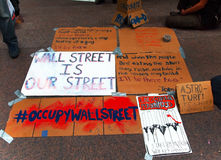 Os sinais do protesto para ocupam Wall Street. Fotografia de Stock Royalty Free