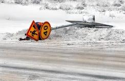 Os sinais e o apoio de estrada que encontram-se em uma borda da estrada da estrada Fotos de Stock Royalty Free