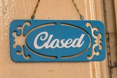 Os sinais fecham o gancho de porta da loja Foto de Stock