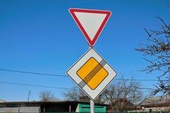 Os sinais levam e a extremidade da estrada principal Fotos de Stock Royalty Free
