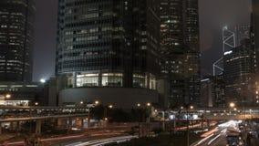 Os sinais listam na cidade do distrito financeiro na noite, timelapse video estoque