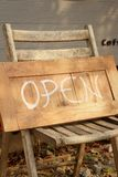 Os sinais simbolizam aberto em um fundo de madeira Foto de Stock