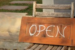 Os sinais simbolizam aberto em um fundo de madeira Fotografia de Stock Royalty Free