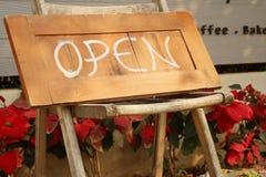 Os sinais simbolizam aberto em um fundo de madeira Imagem de Stock Royalty Free