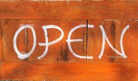 Os sinais simbolizam aberto no fundo de madeira Fotografia de Stock Royalty Free