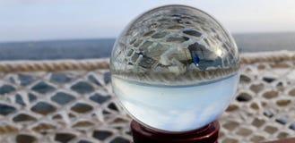 Os sincelos congelados da água do mar Corrimão gelados da terraplenagem em Odessa, Ucrânia Sincelo frio do mar do inverno fotografia de stock