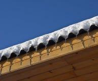 Os sincelos estão no telhado Imagens de Stock Royalty Free