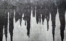 Os sincelos molhados na fachada muram a criação da textura cinzenta abstrata do fundo Fotos de Stock Royalty Free