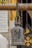 Os sinos de bronze grandes são pendurados geralmente em templos tailandeses fotografia de stock