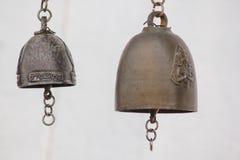 Os sinos de bronze pequenos são pendurados geralmente em templos tailandeses foto de stock