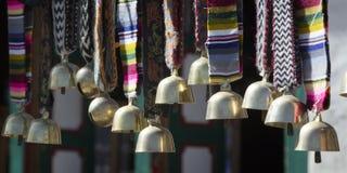 Os sinos nepaleses são vendidos no mercado na feira de Namche, Nepal, olá! Foto de Stock Royalty Free