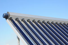 Os sistemas solares do aquecimento de água SWH usam os painéis solares, chamados os coletores, cabidos a seu telhado Coletor térm Foto de Stock