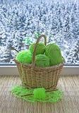 Os skeins verdes estão na cesta Imagens de Stock