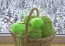 Os skeins verdes estão na cesta Fotos de Stock Royalty Free