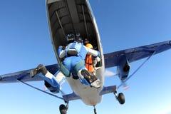 Os skydivers da formação são saltar de um plano imagem de stock