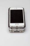 Os Smartphones são colocados um a outro, colocando no lado da tabela são visíveis somente Foto de Stock Royalty Free