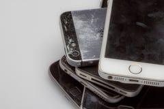 Os Smartphones são colocados um a outro, colocando no lado da tabela são visíveis somente Imagens de Stock Royalty Free