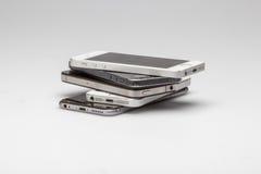 Os Smartphones são empilhados acima junto, Fotos de Stock