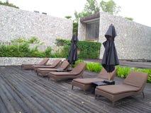 Os sofás na associação para tomam sol Foto de Stock