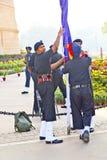 Os soldados aumentam a bandeira na Índia Fotos de Stock Royalty Free