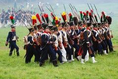 Os soldados de marcha em Borodino lutam o reenactment histórico em Rússia Fotografia de Stock Royalty Free
