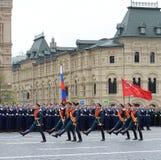 Os soldados do comandante especial do protetor de honra do regimento de Preobrazhensky levam a bandeira da vitória e a bandeira d Fotos de Stock