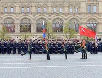 Os soldados do comandante especial do protetor de honra do regimento de Preobrazhensky levam a bandeira da vitória e a bandeira d Imagem de Stock