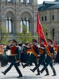 Os soldados do comandante especial do protetor de honra do regimento de Preobrazhensky levam a bandeira da vitória no ensaio do M Foto de Stock Royalty Free