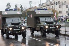 Os soldados do exército checo estão montando a terra Rover Defender 130 da ambulância na parada militar fotos de stock