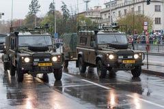 Os soldados do exército checo estão montando a terra Rover Defender 110 na parada militar imagem de stock royalty free